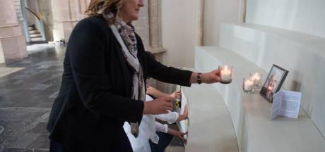Kaarsjes in Grote Kerk: 'Achter de kille coronacijfers schuilen mensen om wie wordt getreurd'