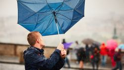 Sterk wisselvallige dag met geregeld buien en kans op onweer met hagel