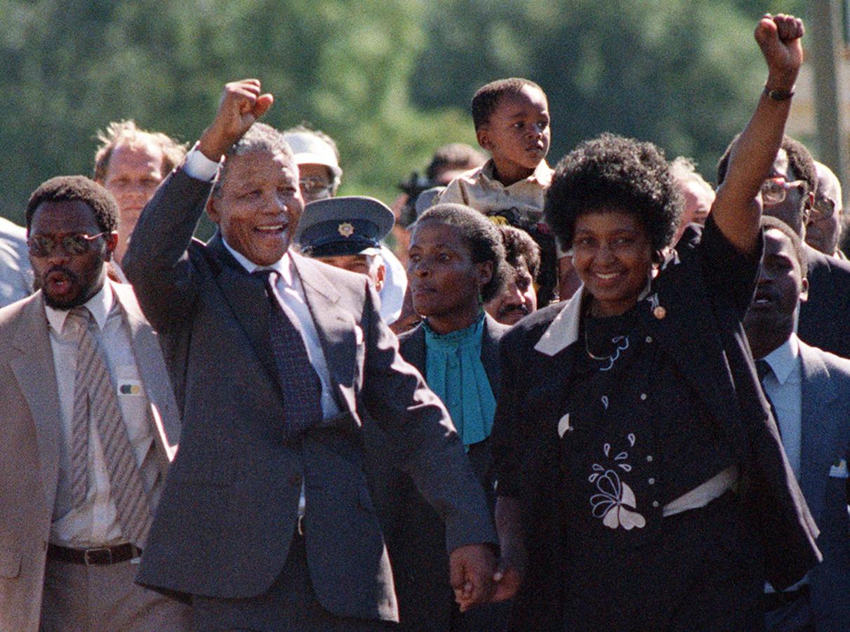 Nelson Mandela met zijn toenmalige vrouw Winnie na zijn vrijlating uit de Victor Verster gevangenis bij Paarl op 11 februari 1990. Het