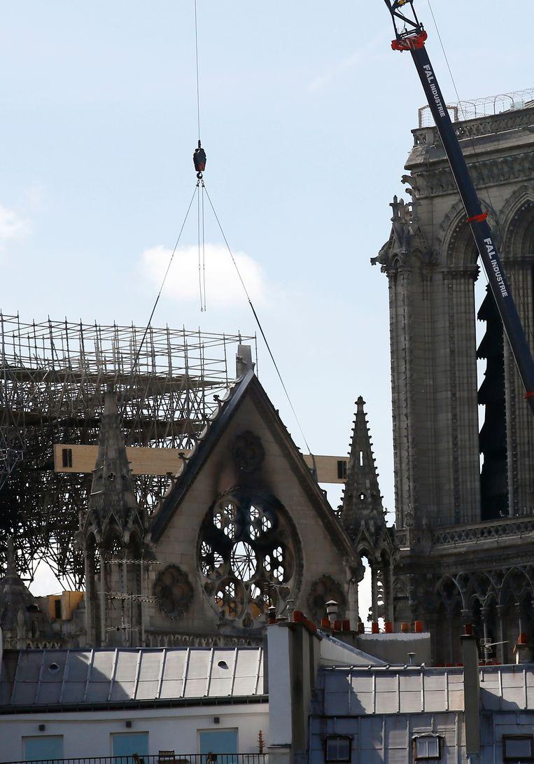 De kathedraal wordt op dit moment al gestut op sommige plaatsen.