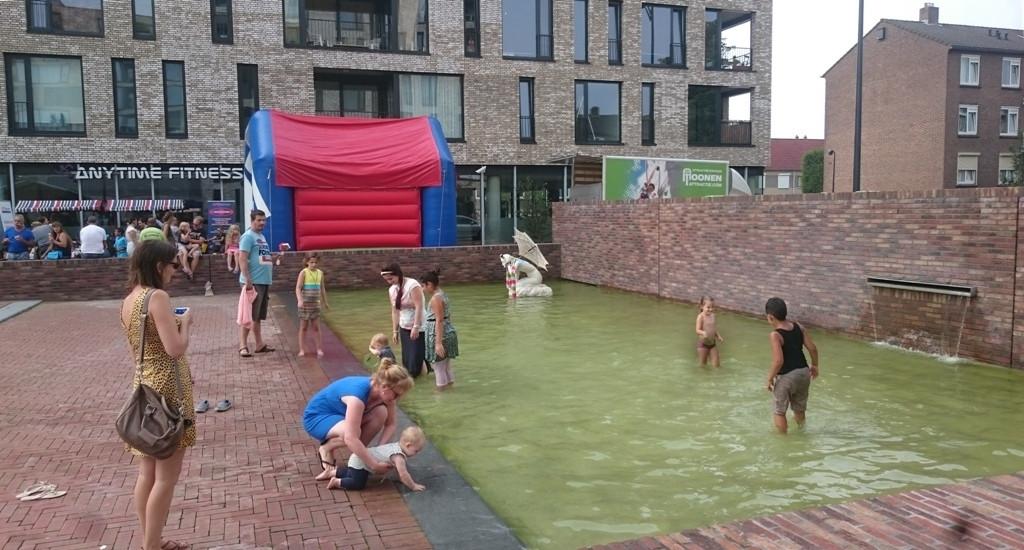De Baadster is te zien achter op de foto, in het water.