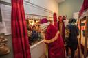 Sinterklaas wordt wakker in de Sinterklaashof in dorpsboerderij Weverkeshof in Nuenen.