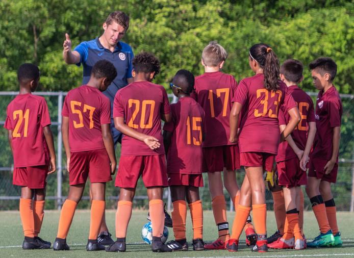 Zwolse trainer Lars van Rijnberk is op de Kaaimaneilanden aan de slag als jeugdtrainer.