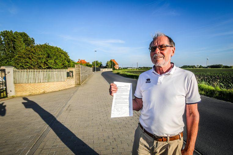 Nest Bruyneel met de petitie voor veiler verkeer in zijn straat, de Noordstraat.