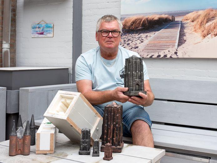 Ko Sinke maakt met een mal urnen van de Dikke Toren in Zierikzee.