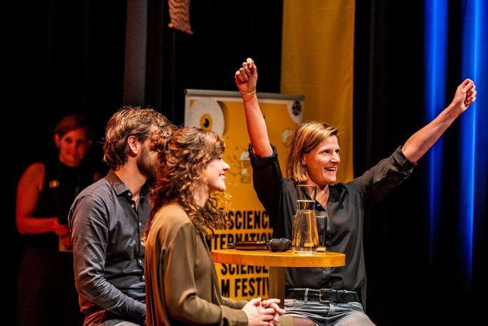 Veerle Melotte (rechts) winnares van de Klokhuis Wetenschapsprijs.