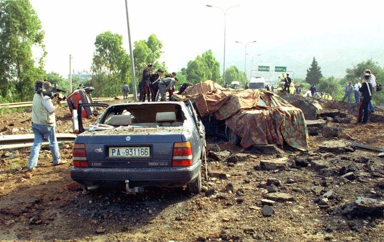 De ravage na de bomaanslag op de snelweg bij Palermo waardoor rechter Giovanni Falcone met zijn vrouw en drie lijfwachten in 1992 werden opgeblazen. Beeld Foto AP