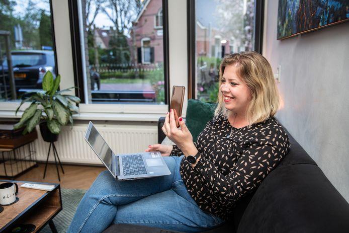 Elise Neijland doet mee aan de online pubquiz van Upbeatles met twee vriendinnen.