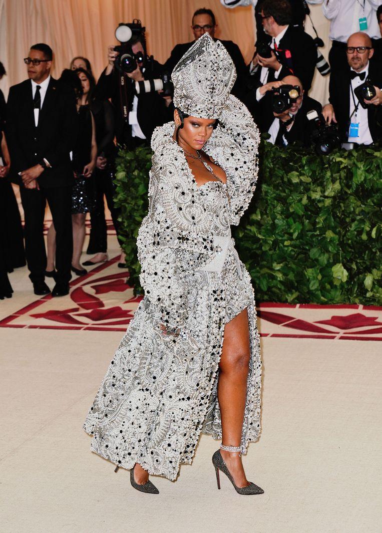 Rihanna overtoepte iedereen en ging, waarom ook niet, als paus naar het Met Gala. Beeld null