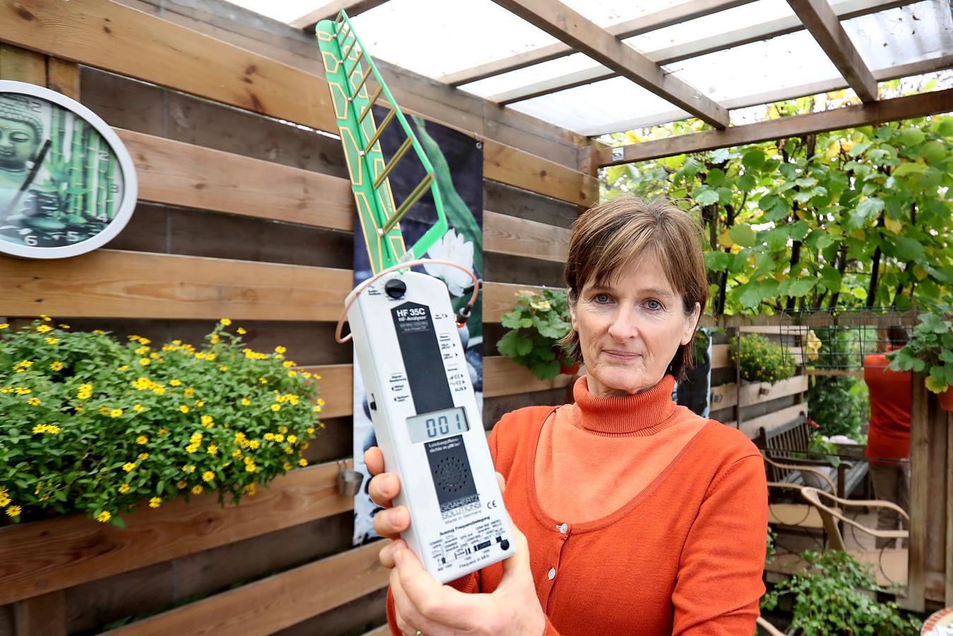 Alice Lentjes beschikt over een stralingsmeter zodat ze de hoeveelheid straling kan controleren. Bij haar woning is die vrijwel nihil.