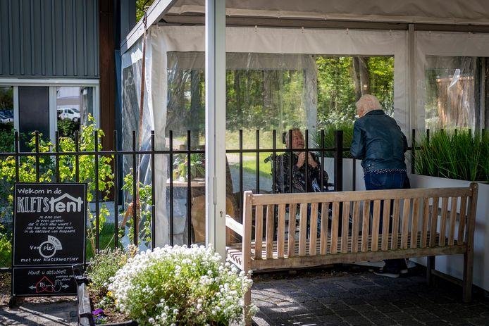 TanteLouise heeft onlangs bij verpleeghuis Bosgaard een zogenoemde Kletstent opgezet, waardoor familieleden toch beschermd met elkaar kunnen praten.