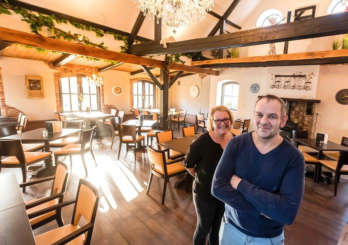 Frank Valckx heropent cafe d'Ouwe schuur, links naast hem zijn vrouw Eline, in de nieuwe zaak. Foto: Tonny Presser/Pix4Profs -