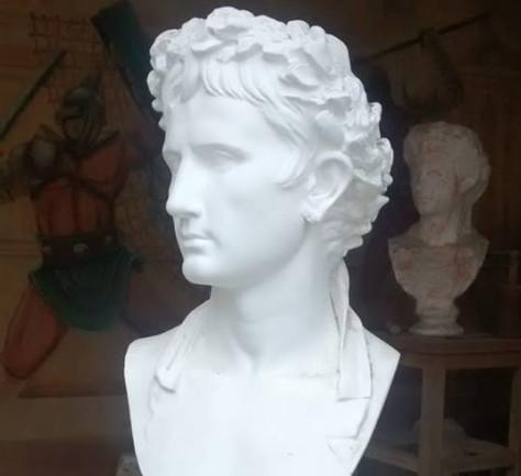 Vier van deze Romeinse bustes zijn vermoedelijk gestolen uit het Museumpark Oriëntalis in Heilig Landstichting.