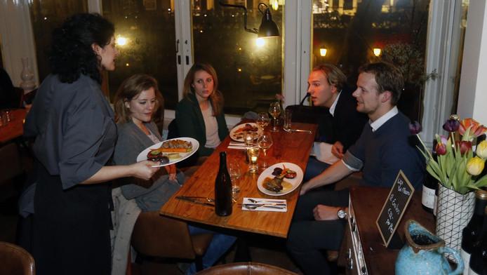 De bediening serveert gerechten uit in Bistronome des Arts.