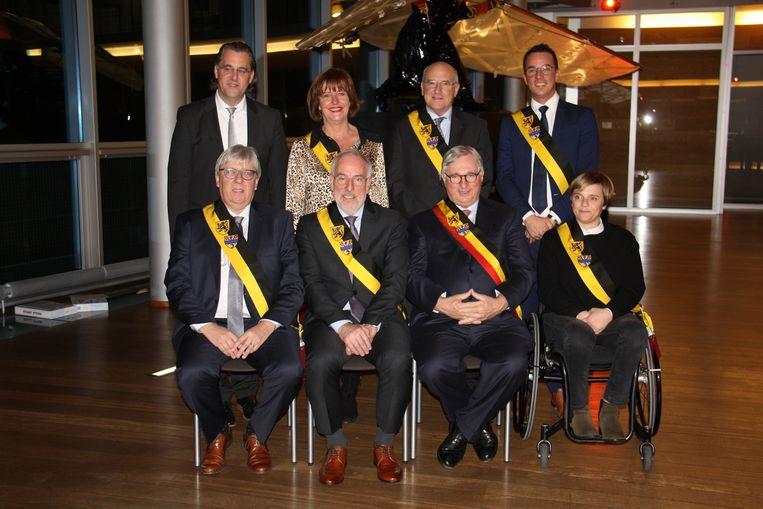 Nieuw schepencollege van Koksijde voorgesteld met Ivan Vancayseele, Guido Decorte, Marc Vanden Bussche, Stéphanie Anseeuw, algemeen directeur Joeri Stekelorum, Dorine Geersens, Dirk Dawyndt en Lander Van Hove.