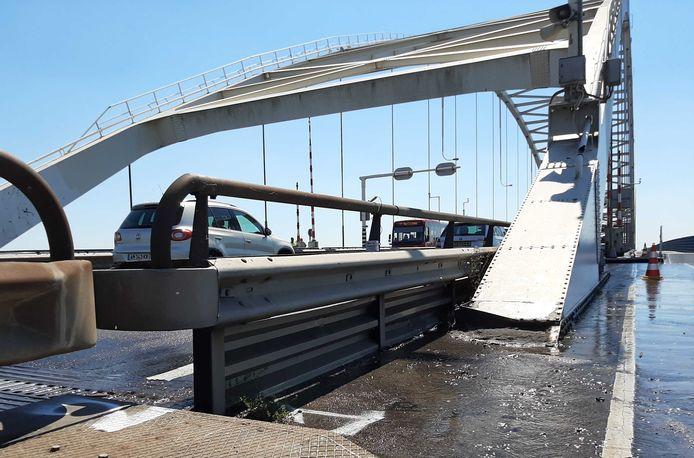 De Merwedebrug wordt gekoeld om de stalen brugonderdelen te koelen. Een deel van de brug zit al klem vanwege de hitte.