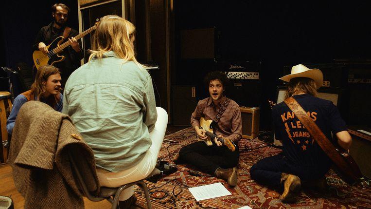 Dawn Brothers and Friends met Pablo van de Poel (blauw shirt) en Levi Vis (staand). Beeld null