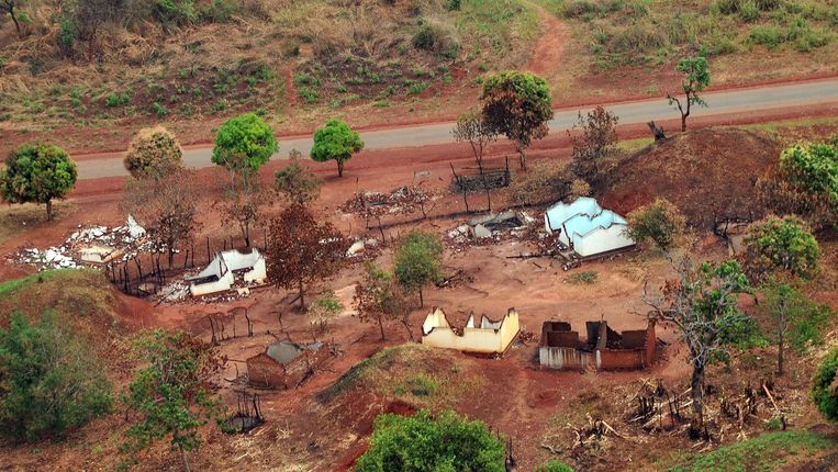 Een ten dele platgebrand dorp, gisteren gefotografeerd nabij Bangui. Beeld AFP