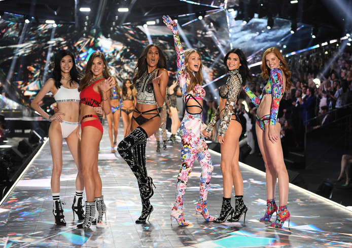 Van links naar rechts: Ming Xi, Grace Elizabeth, Cindy Bruna, Gigi Hadid, Kendall Jenner en Alexina Graham.