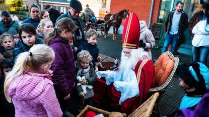 Sinterklaas deelt cadeautjes uit op 'weggeefplein'