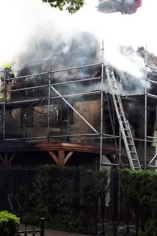 Brand in woning met rieten dak Tiel begon in coniferen in de tuin
