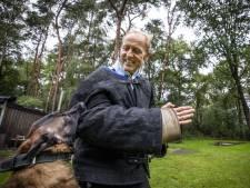 Alwie Kroeze traint 40 jaar honden in Manderveen: 'Het bijtpak gaat aan tot ik met een rollator loop'