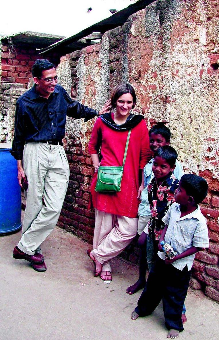 Abhijit Banerjee en Esther Duflo in een Indiase sloppenwijk. Beeld
