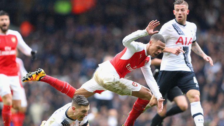 Kieran Gibbs van Arsenal wordt getackeld door Kevin Wimmer (Tottenham Hotspur). Beeld Getty