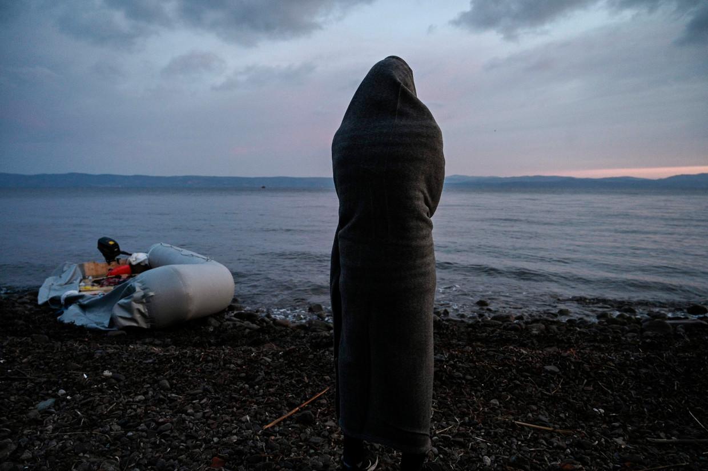 Een vluchteling staart over de zee op het Griekse eiland Lesbos.