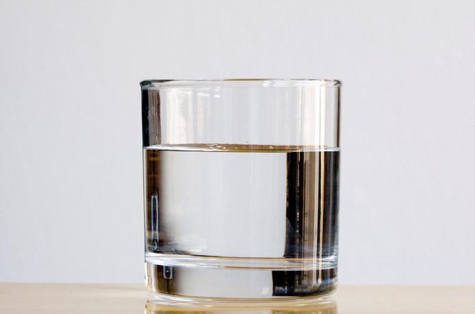 Een glaasje plat mineraalwater.