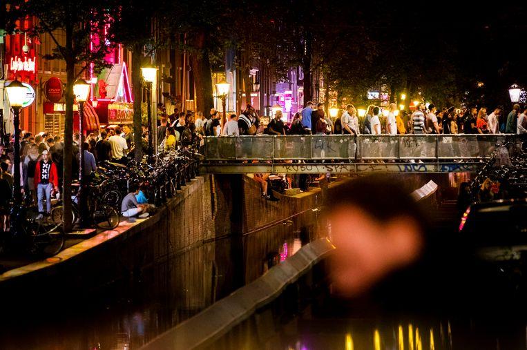 Uitgaanspubliek op de Wallen op een zaterdagavond.