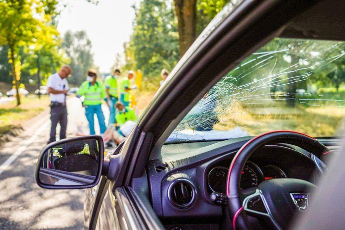 Twee voetgangers geschept door auto in Nuenen.