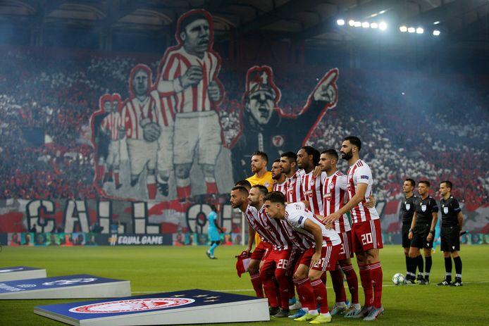 De spelers van Olympiakos poseren voor de teamfoto voor het CL-duel met Tottenham Hotspur.