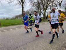 Mannen uit Emmeloord gaan door met lopen 12 marathons in 2020: 'Kan lichtpuntje zijn'
