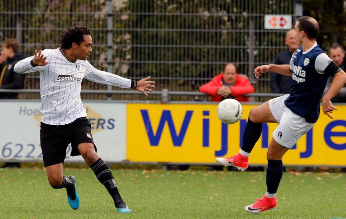 SHO-spits Mitch Fransen (links) scoorde twee keer tegen zijn oude club. Heinenoord-middenvelder Larbi El Harouchi kon op zijn beurt niet imponeren tegen zijn voormalige club.