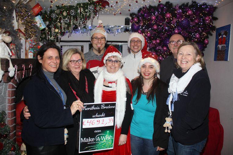Dennis Pluy en zijn familie overhandigen de cheque aan Make-a-Wish.