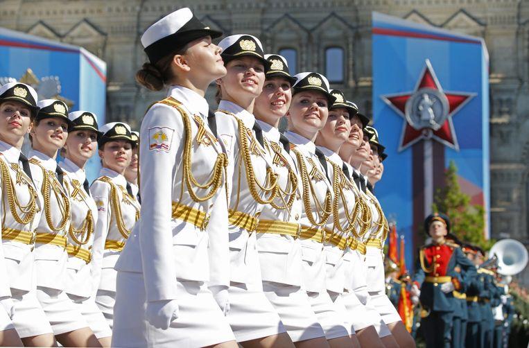 Vrouwelijke militairen op de traditionele Rode PLein-parade. Aan de herdenking van de overwinning op nazi-Duitsland namen tienduizend soldaten deel. Beeld EPA