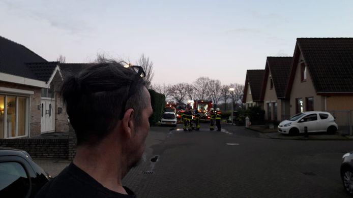 Peter Dam, de eigenaar van de woning, probeerde met een tuinslang de brand te blussen.