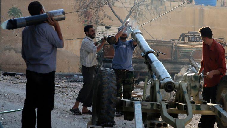 Strijders van het Vrije Syrische Leger zondag nabij Damascus, in gevecht met regeringstroepen. Beeld REUTERS