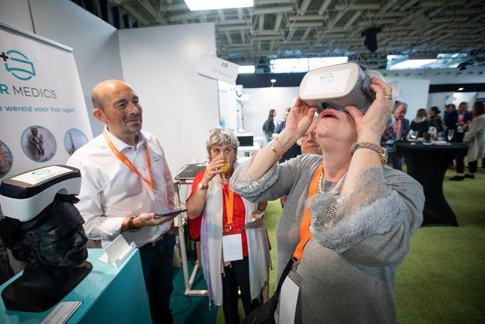 Happy aiging day  Bril van VR Medics - kijken naar vuurwerk of een tochtje door Venetië