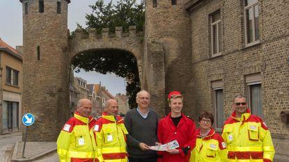 Burgemeester koopt eerste Rode Kruis-sticker