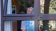 Bewoners Schelderust genieten vanachter het raam van live-optreden van animator Stefaan