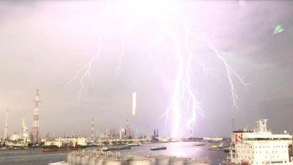 FOTO: Spectaculaire bliksem boven Antwerpse haven