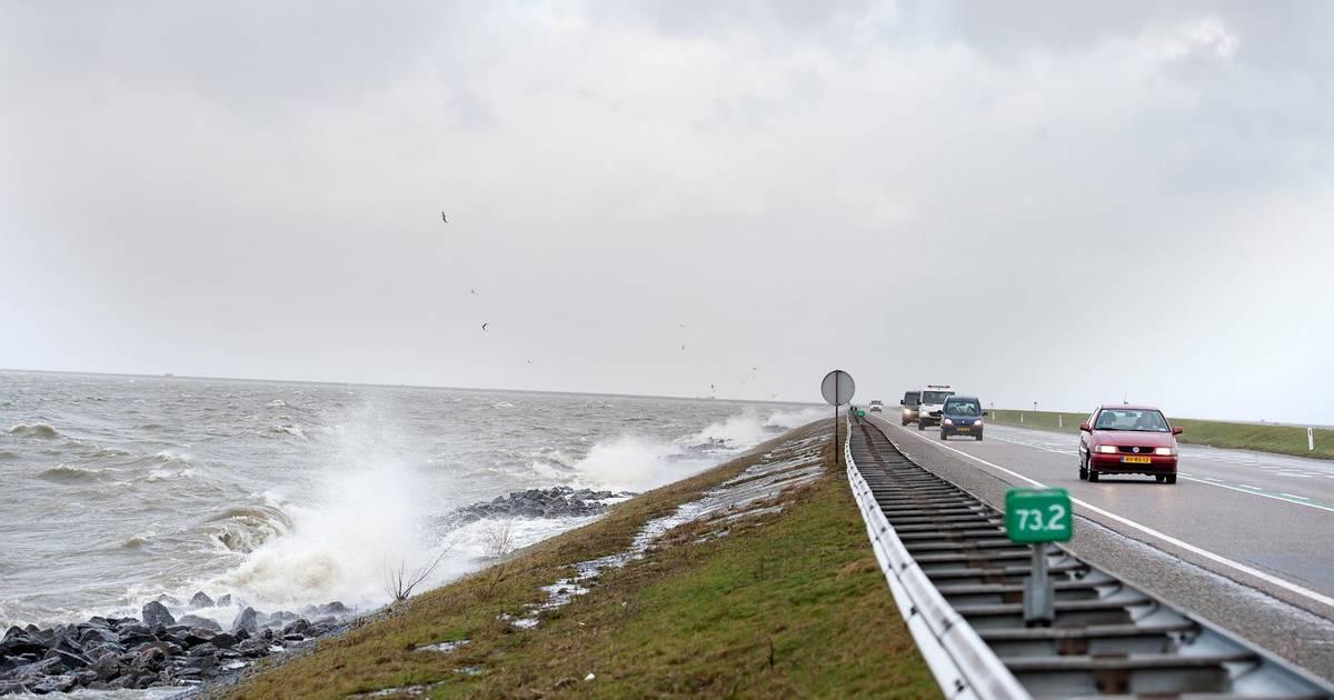 Vrouw komt om het leven bij ernstig ongeval op dijk Lelystad-Enkhuizen.