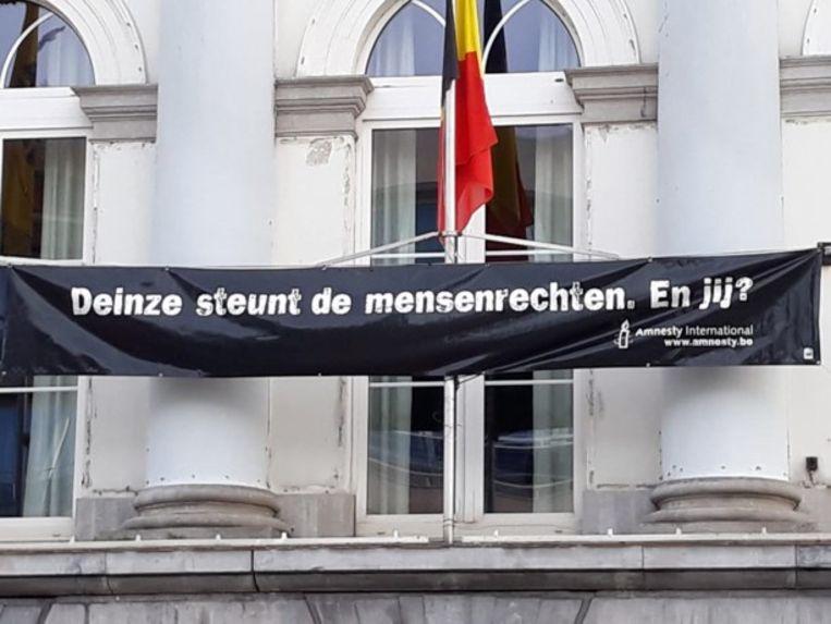 Schrijfactie voor Amnesty International in de bib van Deinze.