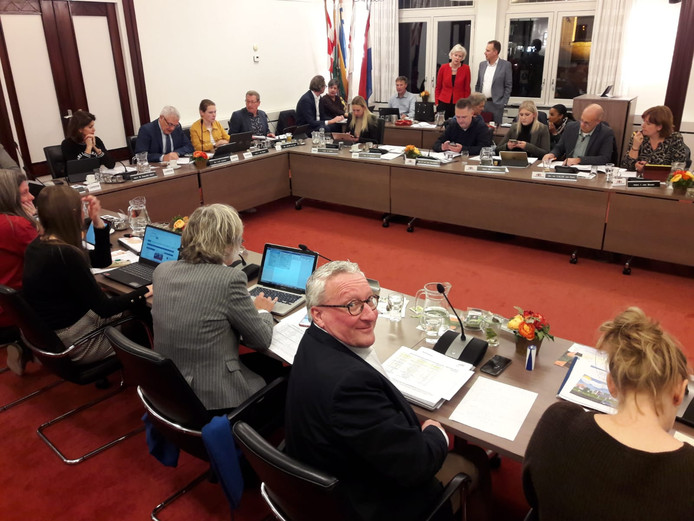 VVD'er Con van Beckhoven kijkt in de gemeenteraad van Oisterwijk om