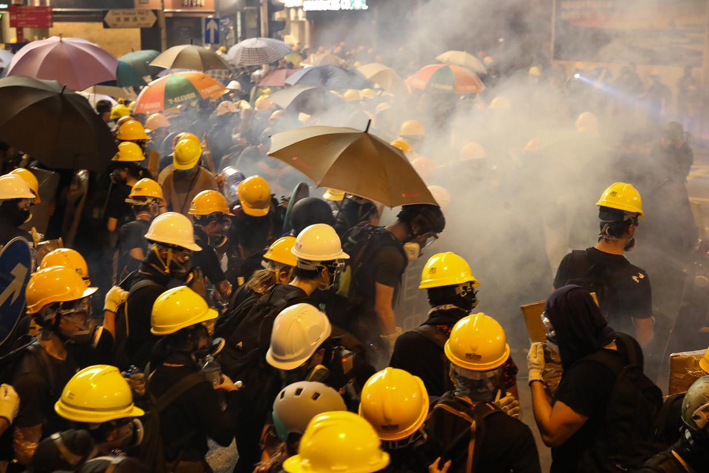 Zaterdag escaleerde een optocht in buitendistrict Yuen Long: demonstranten gooiden met bakstenen en brandblusapparaten, en de oproerpolitie schoot traangas en rubberkogels af. Zondag werd een betoging in het financiële centrum uiteengeslagen.