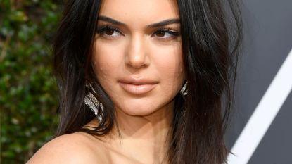 Vrouwen delen massaal make-uploze selfies om acne bespreekbaar te maken