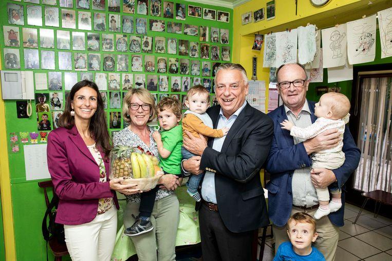 Burgemeester Patrick Dewael, schepenen An Christiaens en Jos Schouterden nemen even de taak van onthaalmoeder Lizy Schoefs ove.r