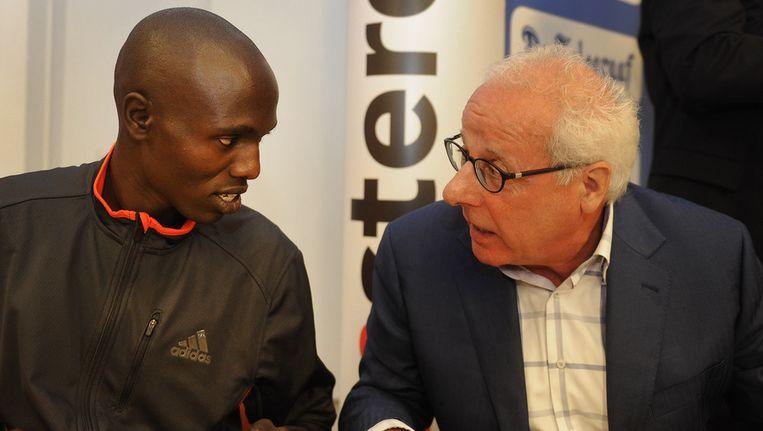 De Keniaanse marathonloper Wilson Chebet (L) in gesprek met Jos Hermens van Global Sports Communication tijdens de persconferentie van de Amsterdam Marathon. De 37e editie van dit sportevenement in de hoofdstad vindt over drie dagen plaats. Beeld ANP